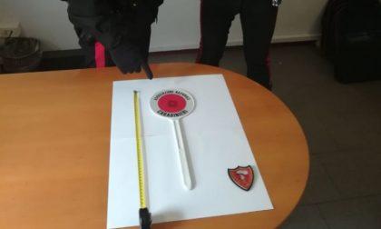 Simpatizzante Carabinieri falsifica paletta per segnalazioni stradali