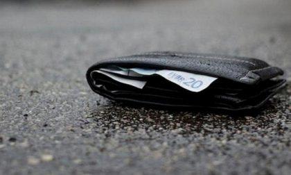 Trova borsa con 600 euro in contanti e la restituisce