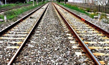 Giovane trovato morto in un campo lungo la ferrovia
