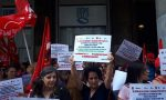 Le lavoratrici delle mense scolastiche protestano sotto la sede dell'Inps Lombardia