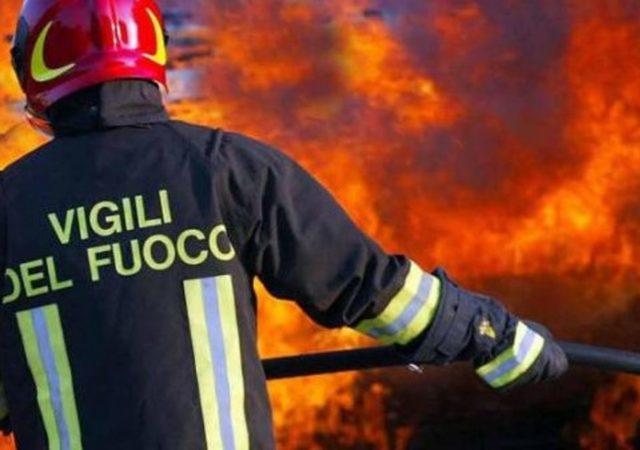 Ufficio In Fiamme : Piazzola ecologica in fiamme distrutto il container adibito ad