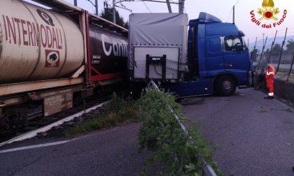 Incidente ferroviario alle prime luci dell'alba, treno merci finisce contro tir VIDEO