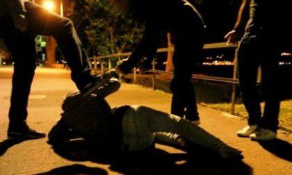 Banda di giovanissimi massacra padre e figlio