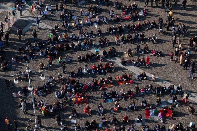 Caso mensa: ecco i video del flash mob in Piazza della Vittoria