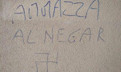 Nuova scritta contro ragazzo senegalese, oggi manifestazione antirazzista