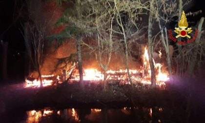 Incendio casotto in legno a Massalengo VIDEO