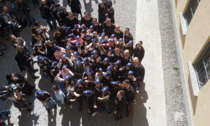 """I carabinieri incontrano i ragazzi del bus: """"Coraggio straordinario, senza di voi non saremmo riusciti a salvarvi"""" FOTO"""