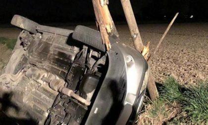 Auto nel fosso a Fombio: nella notte centra un palo telefonico