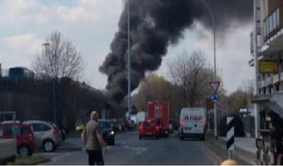 Sulla Paullese uomo dà fuoco a autobus che trasporta bambini in gita FOTO