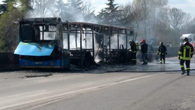 Autobus incendiato, Fontana: &#8220&#x3B;I ragazzi stanno bene, ma il responsabile deve pagare&#8221&#x3B;
