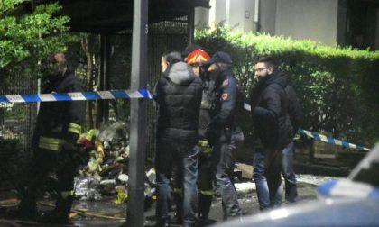 Il cadavere di una donna mutilato, decapitato e bruciato in strada FOTO