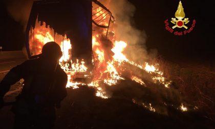 A1 maxi incendio: a fuoco un tir nella notte FOTO