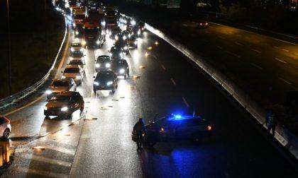 Attraversa l'autostrada A1 a piedi: travolto e ucciso