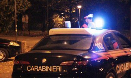 Festa in un capannone, arrivano i Carabinieri: ventenne si butta dalla finestra per fuggire