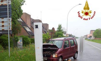Schianto tra due auto, una finisce contro autovelox: feriti anche 4 bambini
