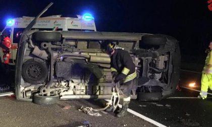Incidente A1: furgone si ribalta, disabili incastrati fra le lamiere FOTO