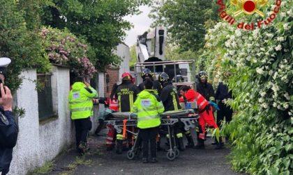 Folgorato sul lavoro nel Lodigiano: le condizioni dello spazzacamino cremonese