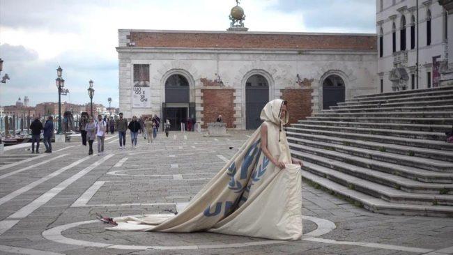 La lodigiana Bianca Balti sfila indossando una tenda di rifugiati