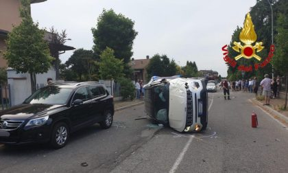 Schianto tra due auto, una si ribalta: soccorse due giovani
