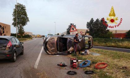 Auto ribaltata: due feriti trasportati all'ospedale di Lodi FOTO