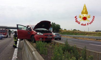 """Incidente in A1, auto """"vola"""" e atterra sul new-jersey in cemento FOTO"""