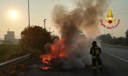 Paura a Tavazzano: va a fuoco un'autovettura in via Emilia