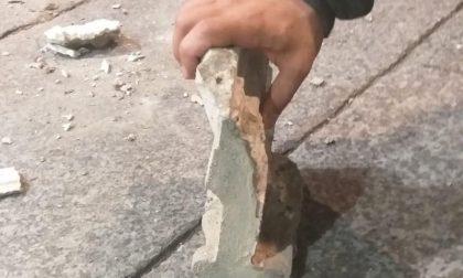 Cadono calcinacci in piazza della Vittoria: tragedia sfiorata