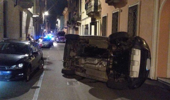 52enne si ribalta con l'auto a Lodi: arrivano i Vigili del Fuoco