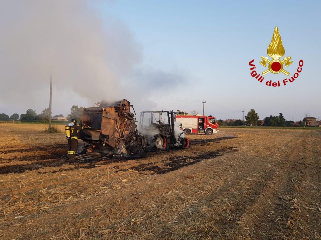 Trattore in fiamme a Mulazzano, arrivano i Vigili del Fuoco FOTO
