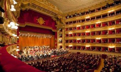 Giovani in fila tutta la notte per un biglietto per la Tosca alla Scala