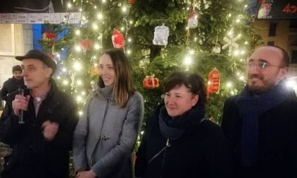 Piazza della Vittoria brilla: acceso l'albero di Natale