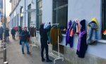 Giubbotti, coperte e libri per chi ha bisogno: è nato il Muro della Gentilezza FOTO
