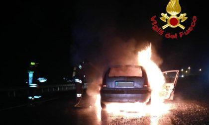 Fiamme nel buio della notte: auto incendiata a Ospedaletto Lodigiano FOTO