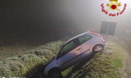 25enne finisce nel fosso con l'auto: trasportata in ospedale