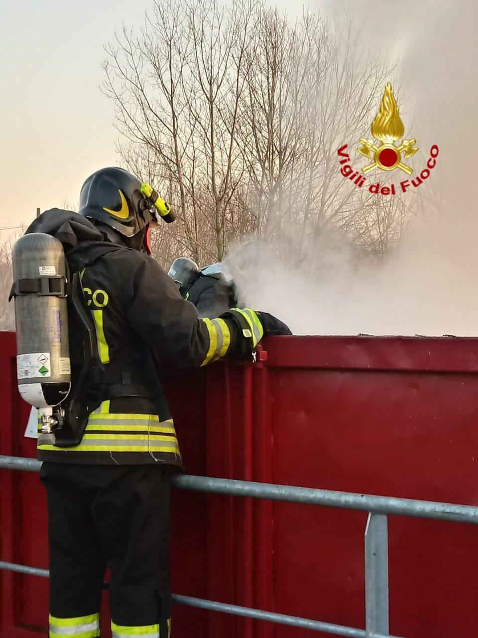 Incendio in discarica a San Colombano al Lambro