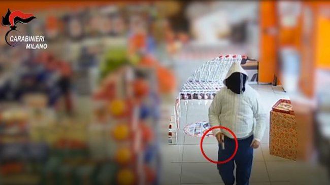 Con una pistola minaccia la commessa e si fa dare i soldi: preso il rapinatore VIDEO