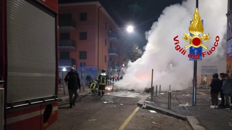Pompieri accerchiati e aggrediti mentre spengono un incendio FOTO