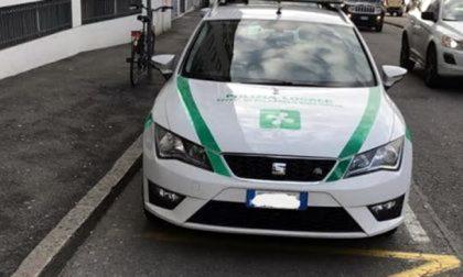 """Parcheggiano sul posto dei disabili: beccati, i vigili si """"automultano"""""""