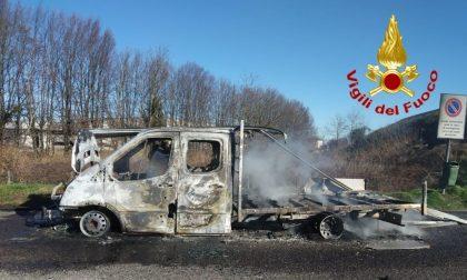 Furgone carico di legname va a fuoco sull'A1