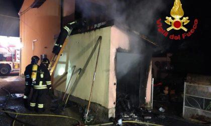 Box a fuoco a San Rocco al Porto, una persona intossicata
