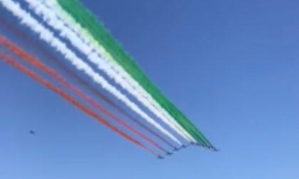 Le Frecce Tricolori sorvolano Codogno: un abbraccio simbolico con i colori italiani VIDEO