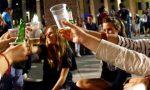 Calca di giovani davanti al bar senza mascherine: la sindaca lo chiude