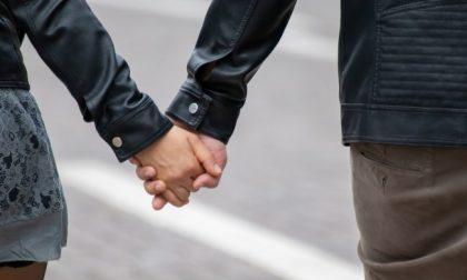 Abbraccia la fidanzata per strada, multa di 400 euro a un 20enne pavese