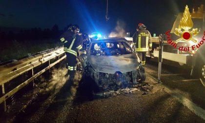 Automobile prende fuoco in A1 SIRENE DI NOTTE