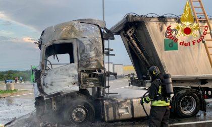 Camion in fiamme in autogrill, ustionato camionista: aveva acceso un fornelletto