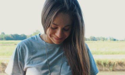 Con lo scooter contro un camion: il sorriso di Arianna si è spento per sempre