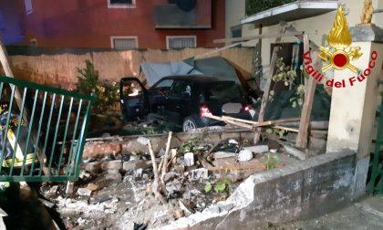 Grave fuori strada a Zorlesco, 33enne perde il controllo dell'auto e sfonda un muretto