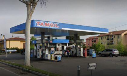 Approfittano della distrazione del benzinaio e rubano l'intero incasso