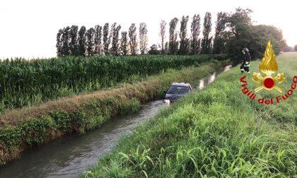Perdono il controllo dell'auto e finiscono nel canale pieno d'acqua, paura per due ragazze