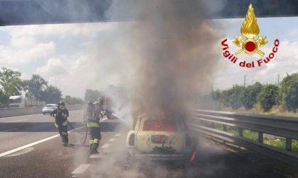 Auto in fiamme in A1: 39enne miracolata lancia l'allarme FOTO